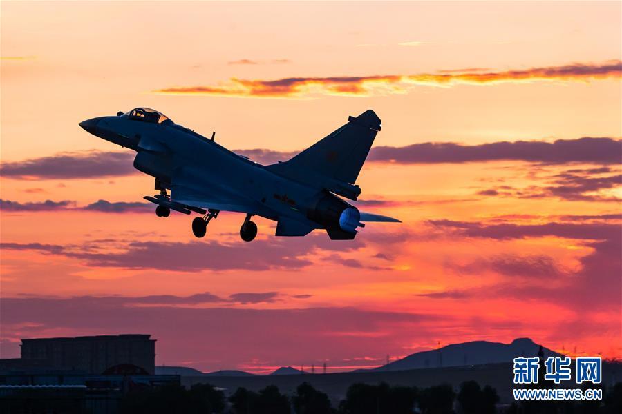 歼10B战机首度出征 与世界先进战机同场竞技