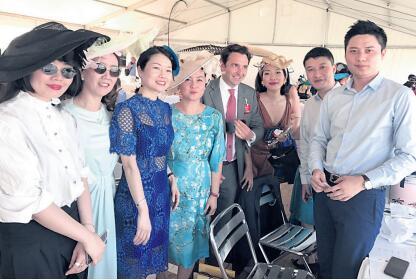 法国华人提升形象 盛装出席戴安娜大奖赛