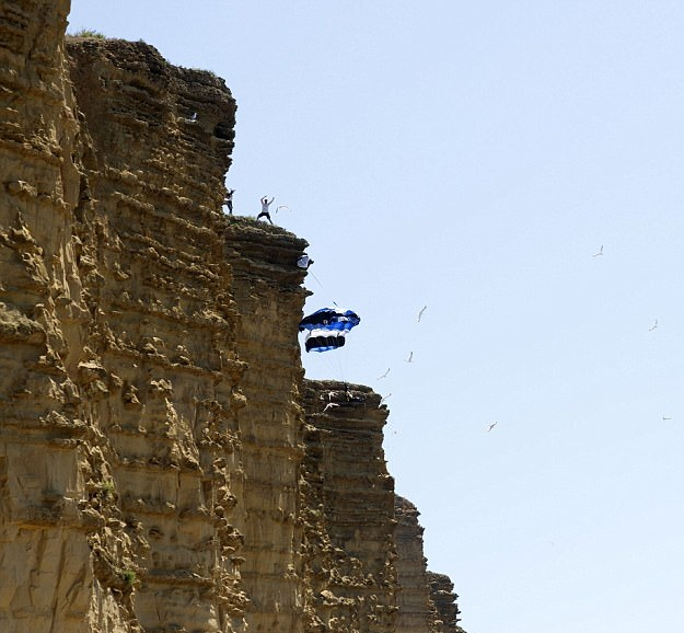 作死!英国三少年疯狂崖壁跳伞引发围观