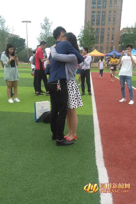 四川大学生毕业典礼现场霸气求婚:明年我要当爸爸