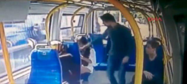 土耳其男子公交车上掌掴一女子 竟是因其穿短裤