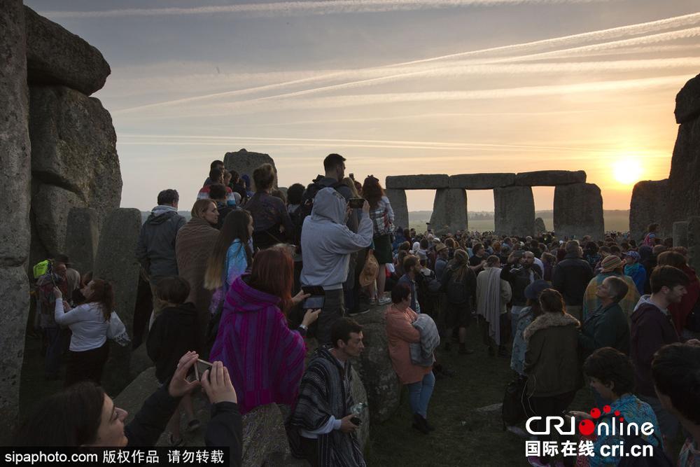 英国民众聚集史前巨石阵 庆祝夏至日到来