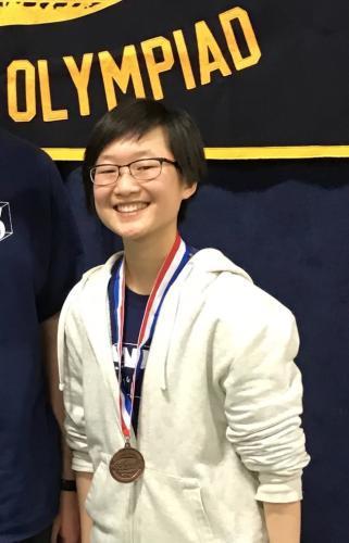 华裔女擅长物理被6所名校争抢 父母不以成绩论英雄