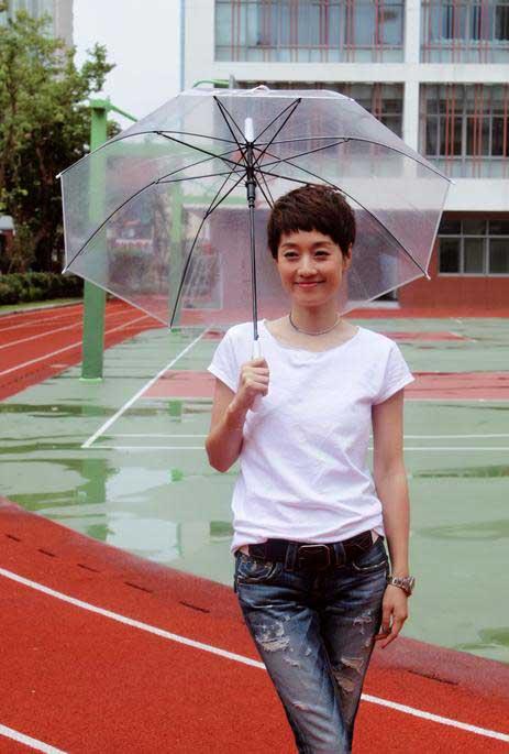 马伊琍回母校撑伞漫步 清爽造型再现夏琳回忆杀