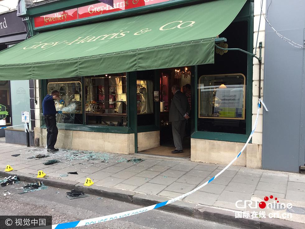 英国劫匪持斧头抢劫珠宝店 劫走超百万英镑珠宝