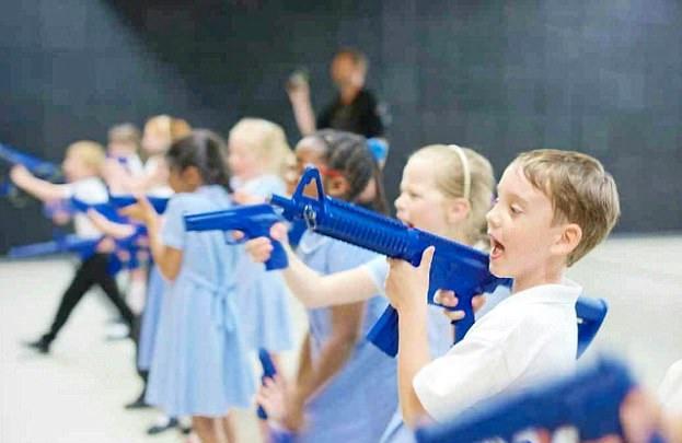 英警署安排小学生参观训练射击惹争议