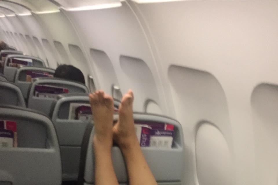香港女子机舱内被韩国大妈拍醒:你换个座 我晾脚