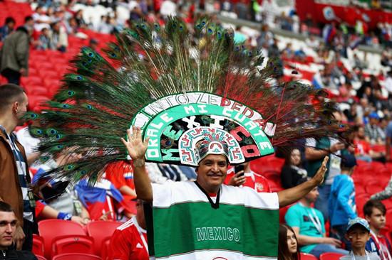 墨西哥球迷偷偷飞俄罗斯看球赛 骗妻子说去超市买烟