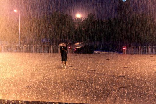 湖南怀化强降雨 有河流水位超警戒4米6万人转移