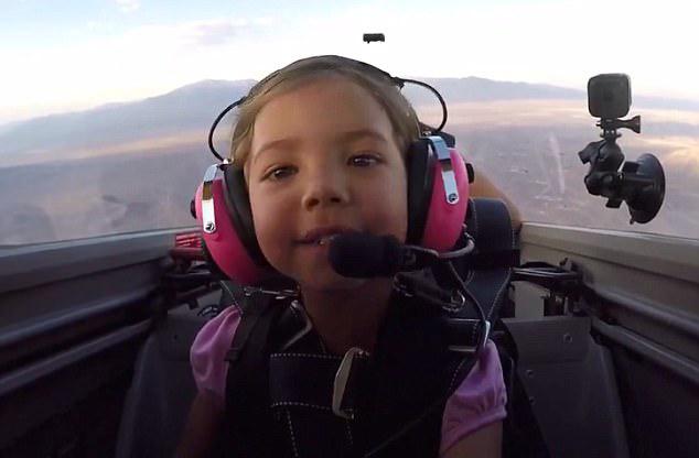 美国一小女孩驾驶飞机表演360度旋转特技