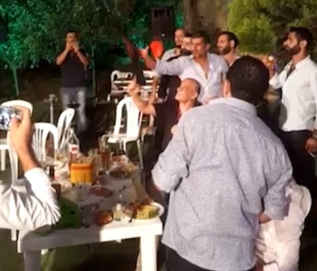 意外!黎巴嫩新郎婚礼上鸣枪庆祝误伤摄影师