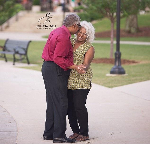 美七旬老人向67岁女友求婚成功 印证真爱永不言迟