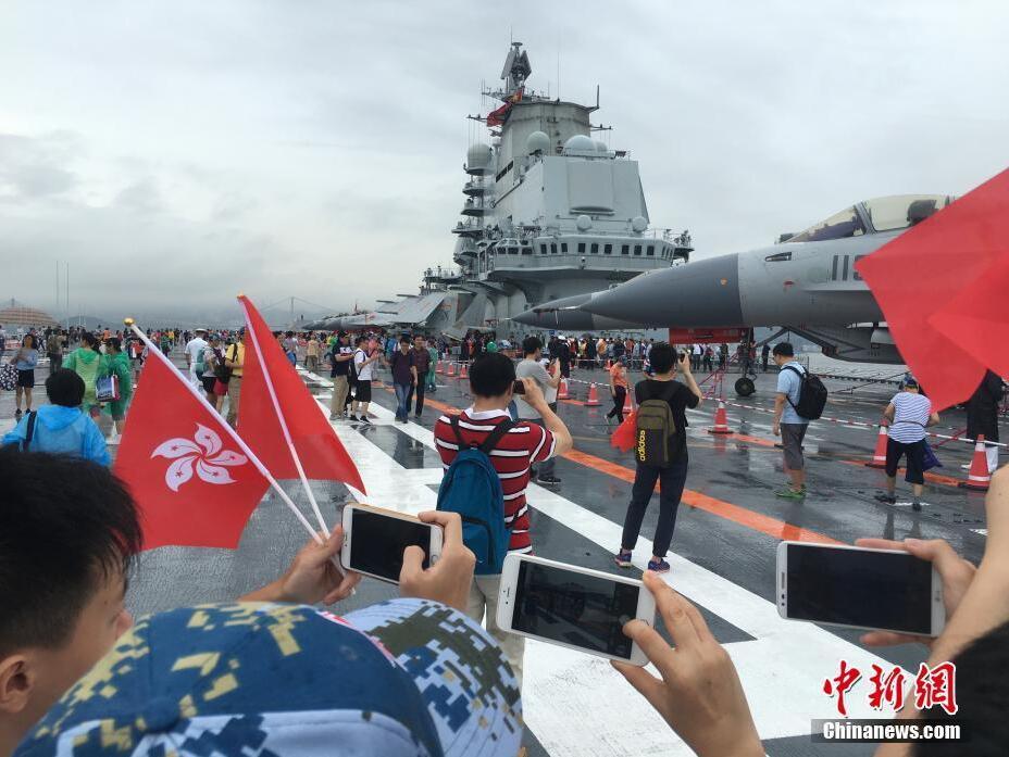 辽宁号航母编队访港 香港市民为何如此激动?