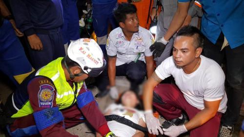 泰一载中国游客大巴侧翻 10岁儿童死亡20多人受伤