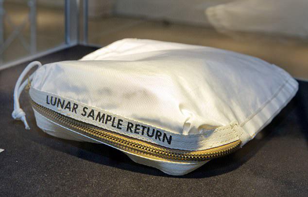 美宇航员手袋遭误拍 内含珍贵月球尘埃