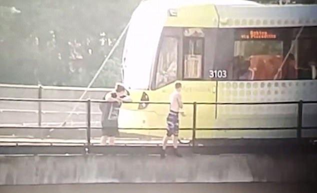 英青年铁路桥上欲试跳水遭路过电车司机劝阻