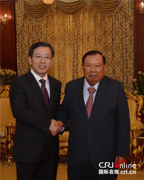 中国驻老挝大使王文天向老挝国家主席本扬递交国书