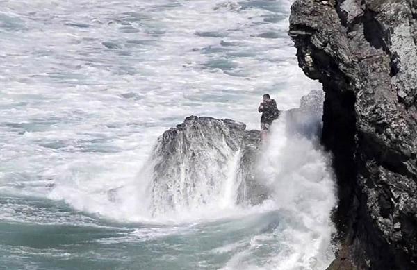瑞士夫妇游玩被巨浪围困礁岩之上 幸得直升机解救