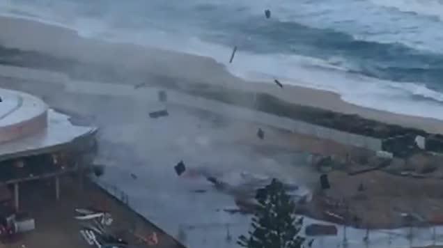 澳海岸遭遇海上龙卷风 汽车差点被吹走