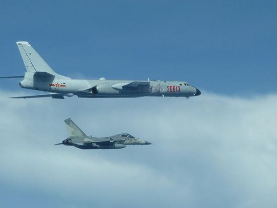 解放军轰炸机绕台被指打消耗战:台湾会被玩死