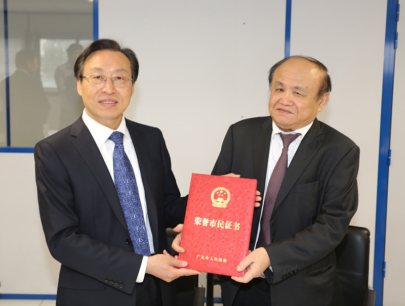 四川广元代表团访问巴黎士多 授予华商郑辉荣誉市民称号