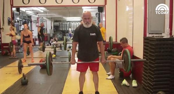 美78岁健身狂人做高难度健身动作庆生
