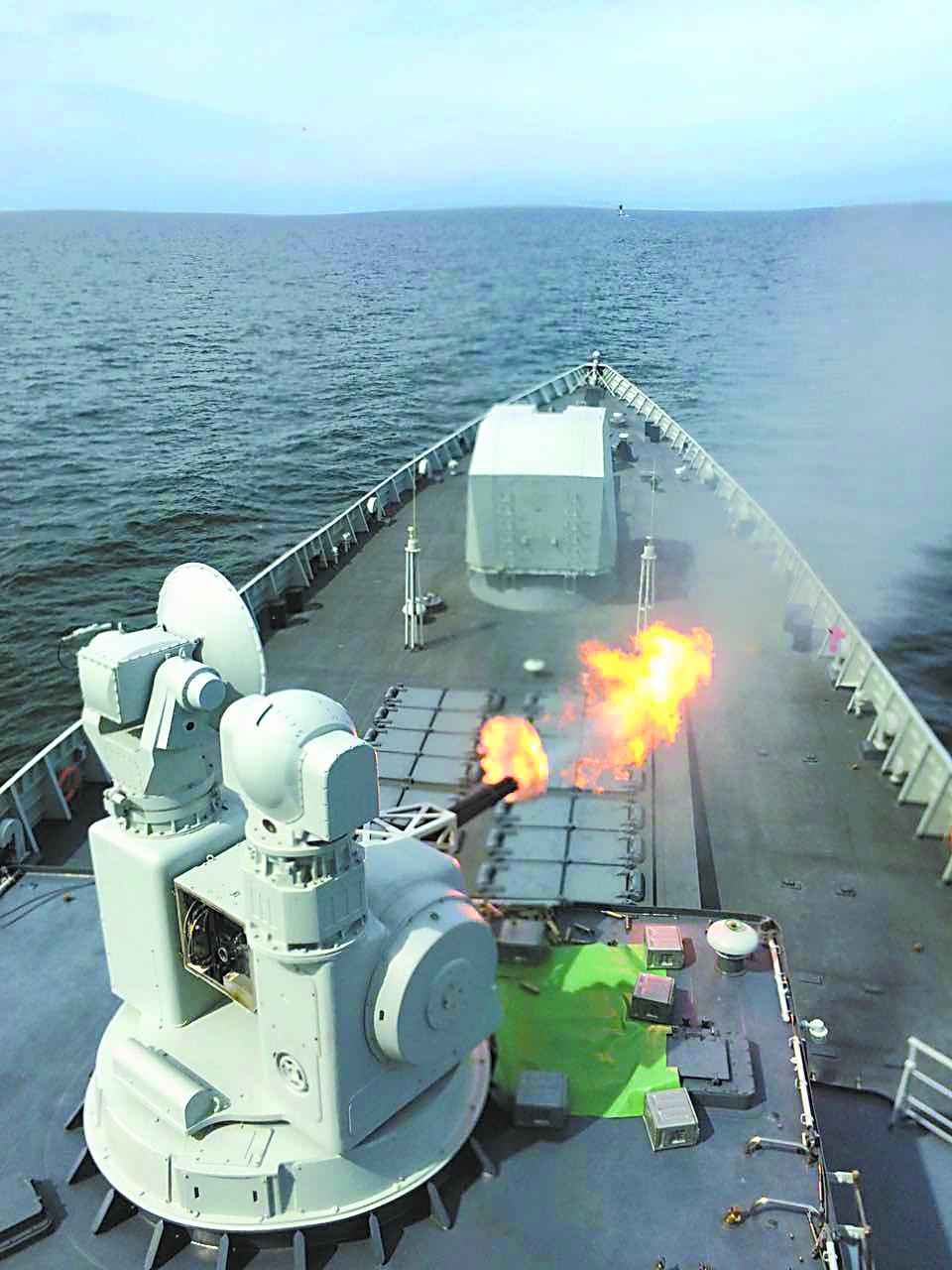 """记者目击我军052D驱逐舰波罗的海对抗""""敌机"""""""