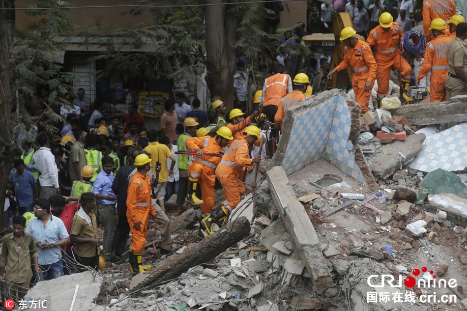 印度孟买一座4层居民楼倒塌 30余人被困废墟中