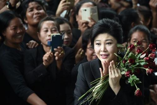 """泰国前总理出庭抱鲜花 """"大米渎职案""""将于8月宣判"""