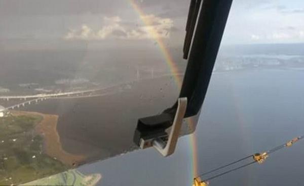 罕见!俄罗斯建筑工人462米高塔吊上拍到圆形彩虹