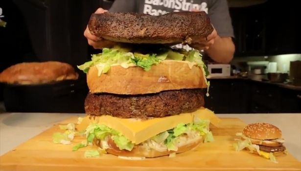 大胃王挑战90斤重巨无霸汉堡 22分钟吃完