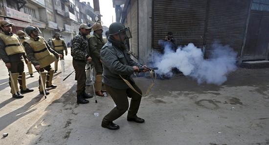 """印度想用""""臭弹""""驱散抗议者 结果印度人闻了没感觉..."""