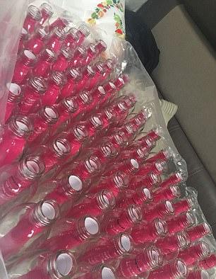 英男子海中投放2000漂流瓶缅怀爱妻 遭网友痛批