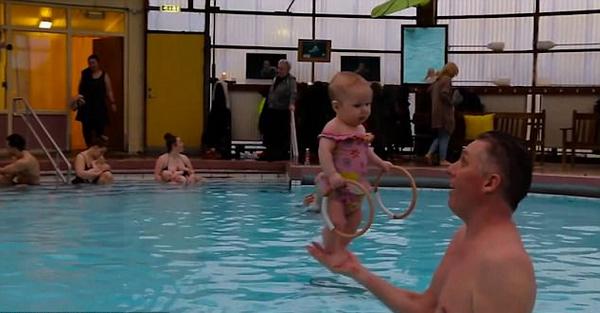 冰岛游泳教练用独特训练法让4个月大婴儿站立