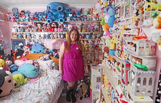 英21岁迪士尼狂热粉3年购5000余件周边产品