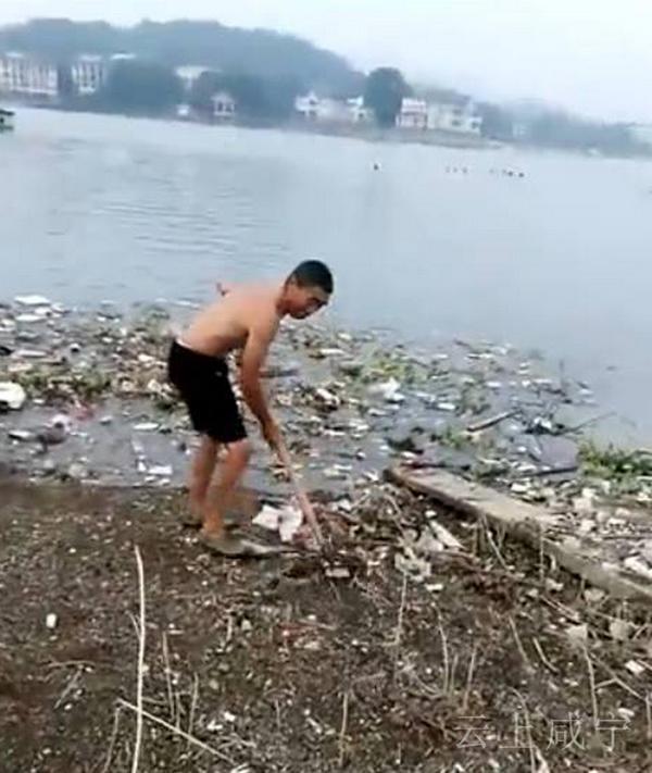 湖北一景区内保洁员为省力把垃圾扒入湖 管委会回应