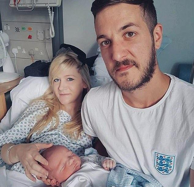 英遗传病婴儿遭安乐死引全国哀悼 首相发文悼念