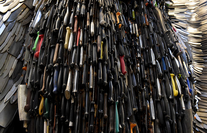"""英雕塑家用10万把刀打造""""刀天使"""" 呼吁社会关注暴力问题"""