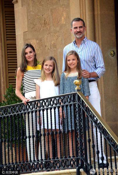 西班牙国王携妻女行宫度假 两位公主可爱甜美颜值高