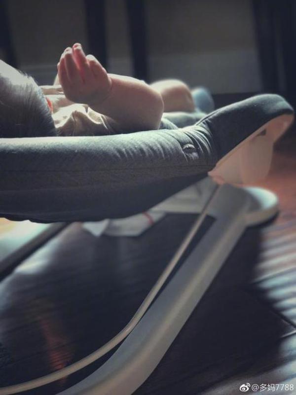 黄磊老婆首晒小儿子 多妹亲吻弟弟小脚